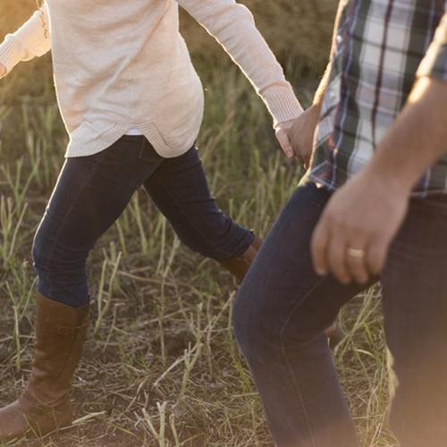 herdeiros caminham de mãos dadas pelo campo