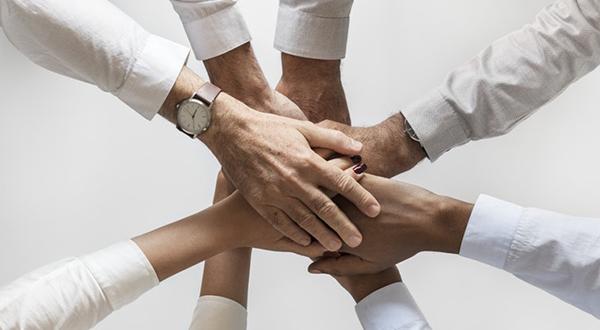 mãos unidas simbolizando cultura organizacional