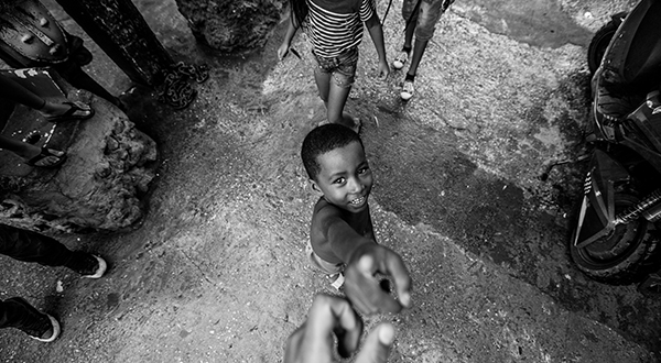 assistente social segura mão de criança