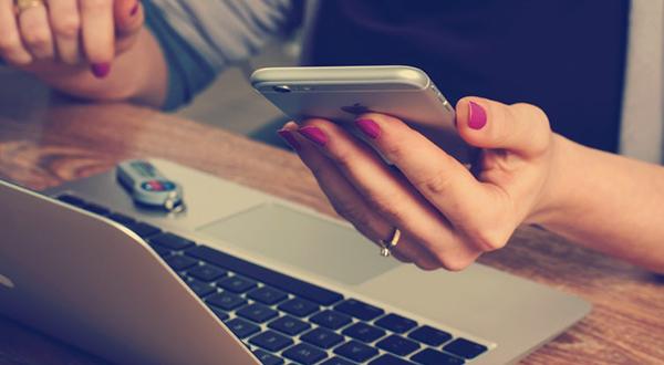 checando celular durante o trabalho
