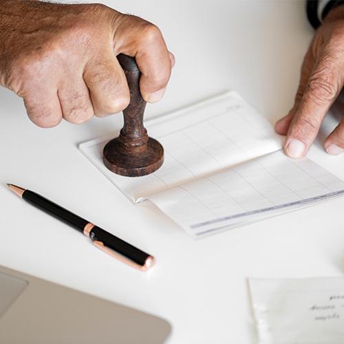 mão carimbando documento