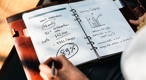 pessoa utilizando agenda para planejamento e contabilidade