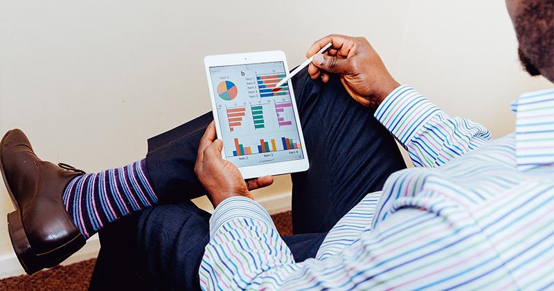homem observando planilha financeira digital